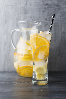 Water with lemon, orange and ginger, ice cubes, flavoured - MYF001738