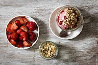 Strawberry frozen yogurt, topping oat flakes - EVGF003038
