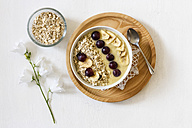 Smoothie bowl with banana, grapevine and oat cocos topping - EVGF003056