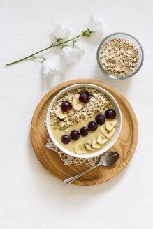 Smoothie bowl with banana, grapevine and oat cocos topping - EVGF003065
