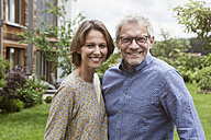 Portrait of smiling mature couple in garden - RBF004875