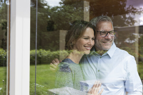 Smiling mature couple looking out of window - RBF004896
