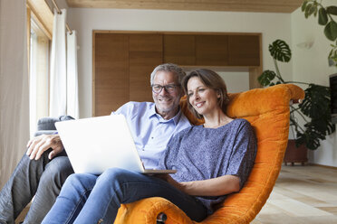 Mature couple sharing laptop at home - RBF004899