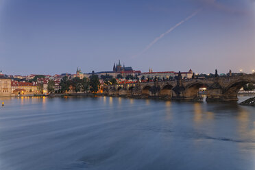 Czech Republic, Prague, Old town, Charles Bridge, Prague Castle and St. Vitus Cathedral, Vlatva river in the evening - GFF000723