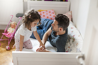 Father and daughter on bed - DIGF000996