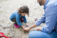 Father playing with daughter in sandbox - DIGF001014