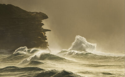 Australia, New South Wales, Rock formation and surf - GOAF000013