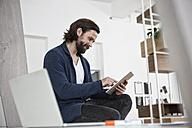 Man using digital tablet in office - RBF004928