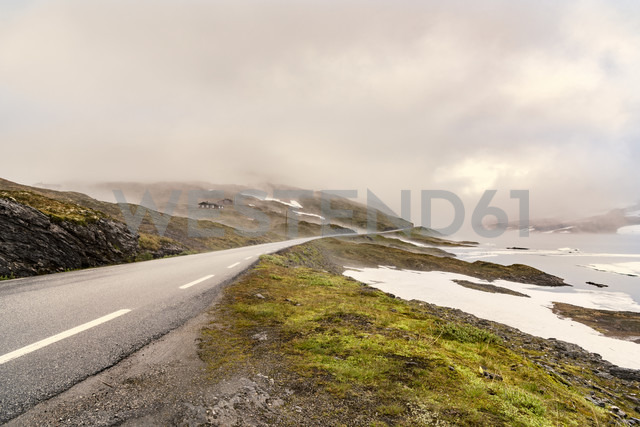 Norway, Hedmark, Tufsindalen valley, country road and clouds - CSTF001187 - Carmen Steiner/Westend61