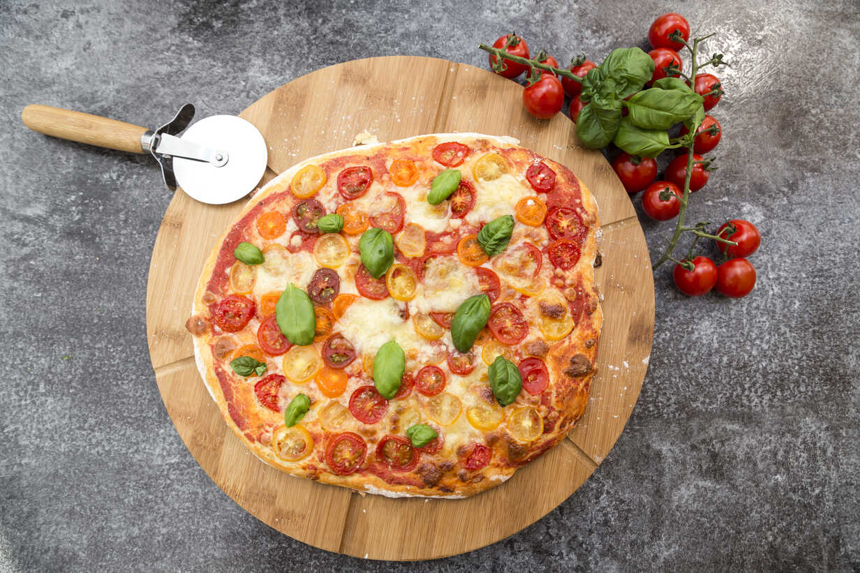 Vegetarian pizza with mozzarella and tomatoes - SARF002853 - Sandra Roesch/Westend61