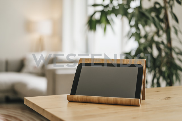 Rack with tablet on tabletop - KNSF000322 - Kniel Synnatzschke/Westend61