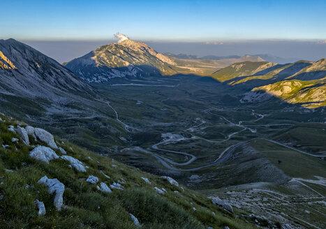 Italy, Abruzzo, Gran Sasso e Monti della Laga National Park, Mt Camicia and plateau Campo Imperatore at sunset - LOMF000346