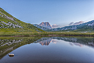 Italy, Abruzzo, Gran Sasso e Monti della Laga National Park, Corno Grande and lake Pietranzoni at dawn - LOMF000361