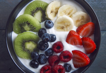 Bowl of natural yoghurt and different fresh fruits - RTBF000260