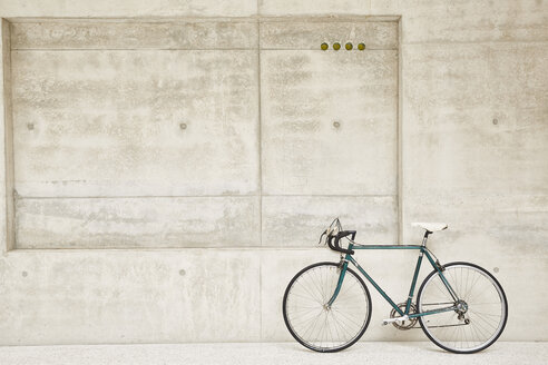 Bicycle at concrete wall - FMKF002888