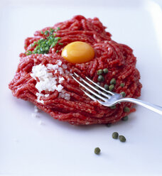 Raw steak tatar with egg yolk, diced onion, capers and chives - PPXF000033