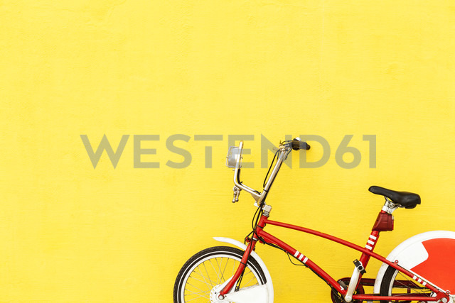 Red bicycle parked at yellow wall - VABF000761 - Valentina Barreto/Westend61