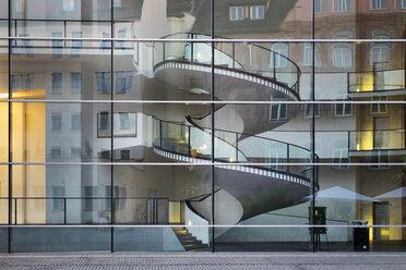 Germany, Nuremberg, glass facade of Neues Museum Nuernberg - SIE007087
