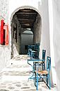 Greek, Cyclades, sidewalk cafe in a passage - GEM000989