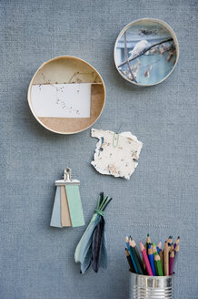 Mood board, frames with pictures, feathers, coloured pencils - GISF000243