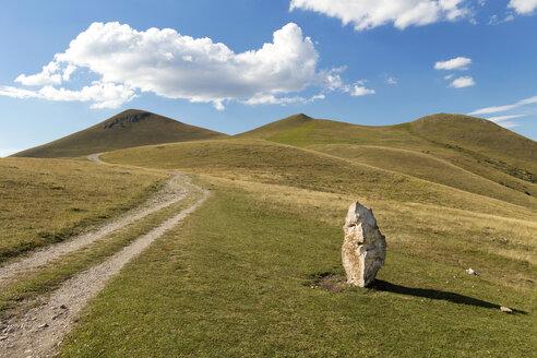 Italy, Umbria, Parco Nazionale dei Monti Sibillini, Valli dell'Umbria, meadow and rural road, stone - FPF000109