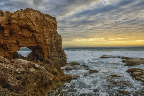 Australia, Eyre Peninsula, Port Lincoln, natural arch on the beach at sunset - TOVF000057