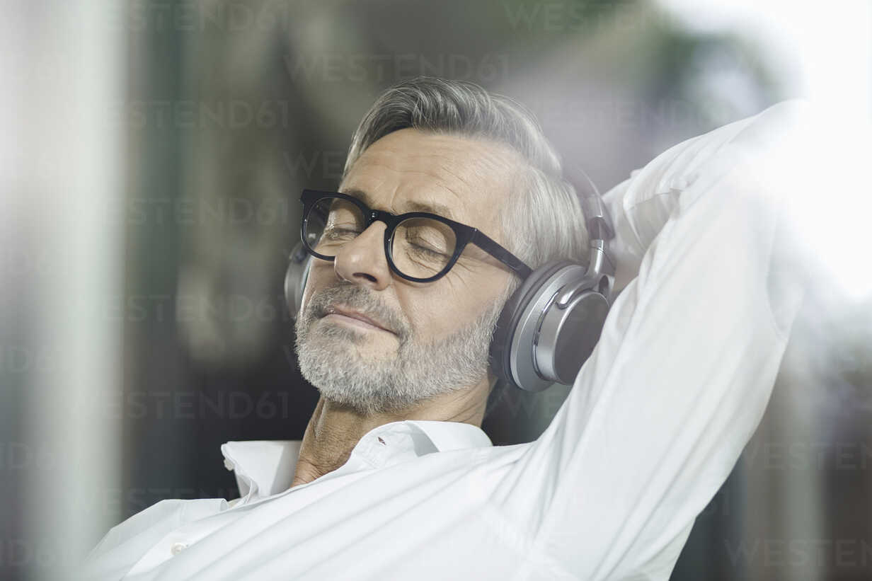 Portrait of man with eyes closed listening music with headphones - SBOF000199 - Steve Brookland/Westend61