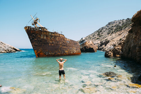 Greece, Cyclades Islands, Amorgos, Man at the beach, visiting a shipwreck, Olympia - GEMF000993
