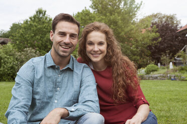 Portrait of smiling couple in garden - RBF005082