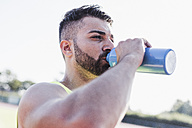 Athlete drinking from bottle - UUF008301