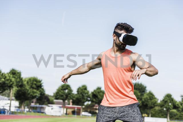 Athlete wearing virtual reality glasses - UUF008316 - Uwe Umstätter/Westend61
