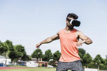 Athlete wearing virtual reality glasses - UUF008316