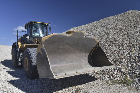 Wheel loader in gravel pit - LYF000580