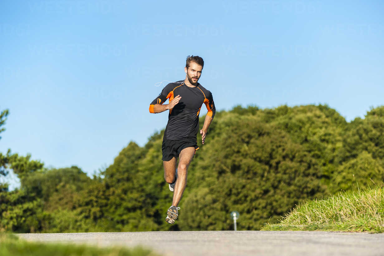 Man running on rural path - DIGF001070 - Daniel Ingold/Westend61