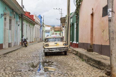 Cuba, Trinidad, taxi on a road - MAB000392