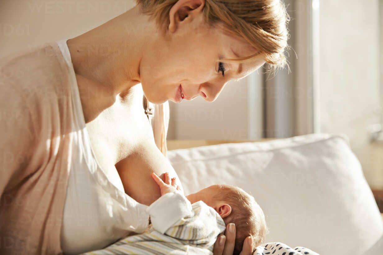 Mother breastfeeding her newborn baby - MFF003181 - Mareen Fischinger/Westend61