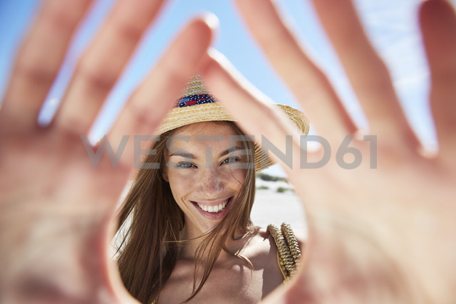 Portrait of smiling young woman on the beach - SRYF000011