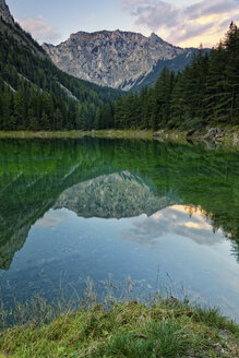 Austria, Styria, Tragoess, View of Hochschwab Mountain Messnerin, mirrored in green lake - GFF000780