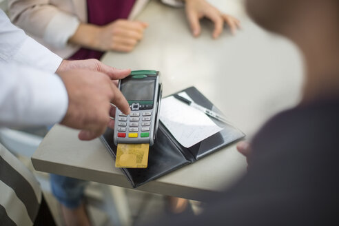 Customer paying with credit card in restaurant - ZEF010275