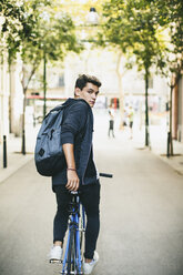 Teenager with a fixie bike in the city - EBSF001738