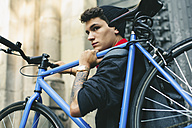 Teenager carrying fixie bike in the city - EBSF001756