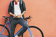 Teenager with a fixie bike, using smartphone - EBSF001759