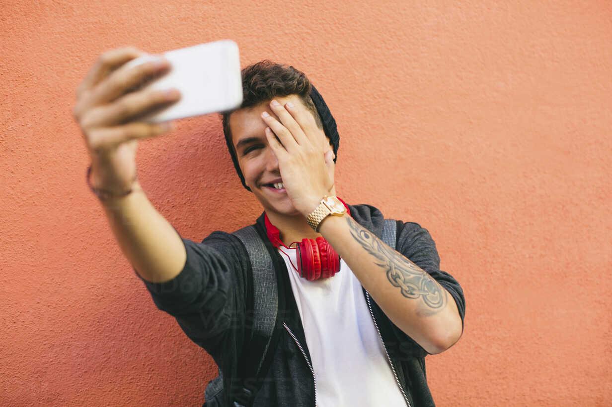 Teenager, smiling, selfie, smartphone - EBSF001762 - Bonninstudio/Westend61