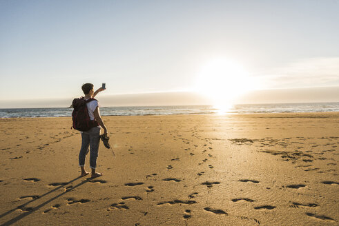 France, Bretagne, Finistere, Crozon peninsula, woman during beach hiking - UUF08475