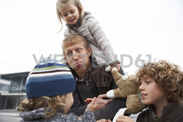Father going out with his children - FSF00469