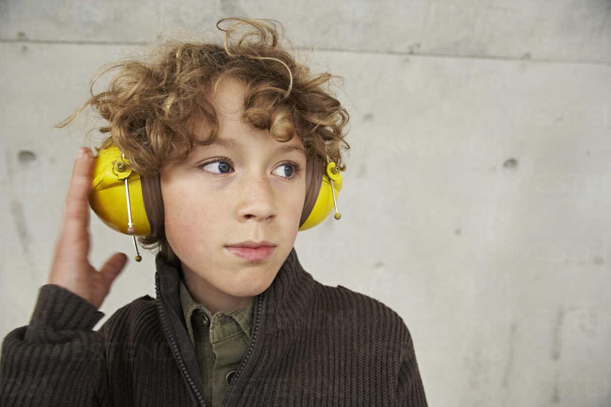 Boy wearing ear protectors, portrait - FSF00472 - Sandra Seckinger/Westend61