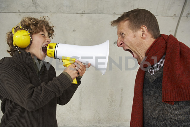 Father and son screaming at each other with magaphone - FSF00475