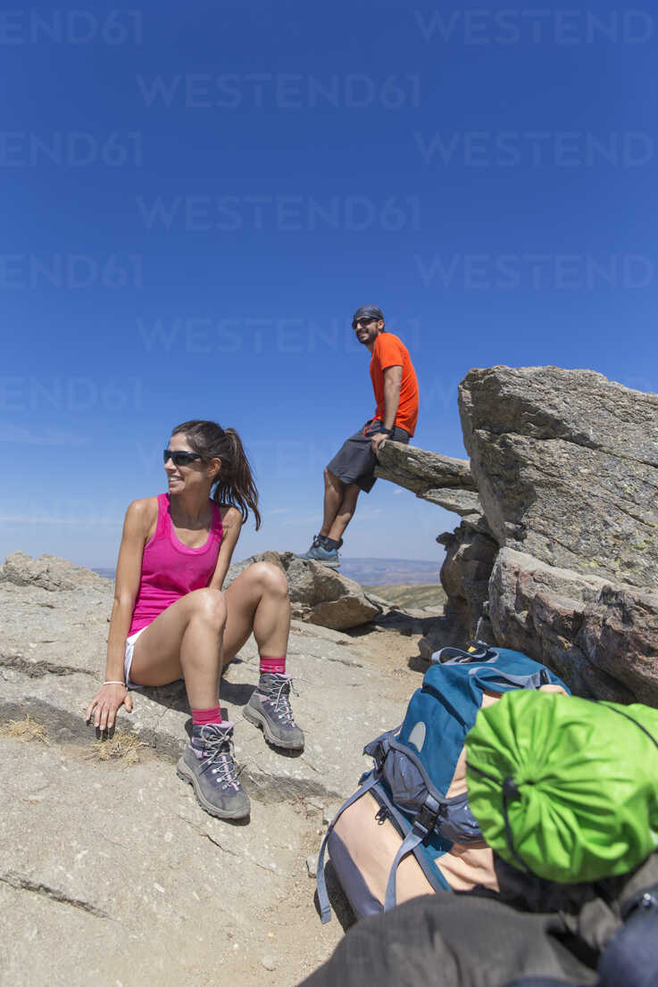 Spain, Sierra de Gredos, smiling hikers on top of a mountain - ERLF00190 - Enrique Ramos/Westend61