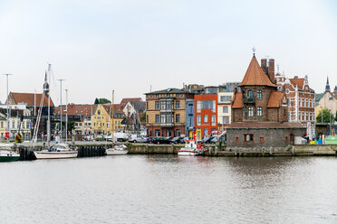 Germany, Stralsund, view to pilot house at harbour island - TAMF00650