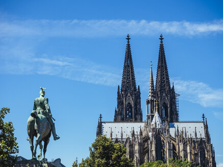 Germany, Cologne, view to equestrian sculpture of Wilhelm II and Cologne Cathedral - KRPF01821